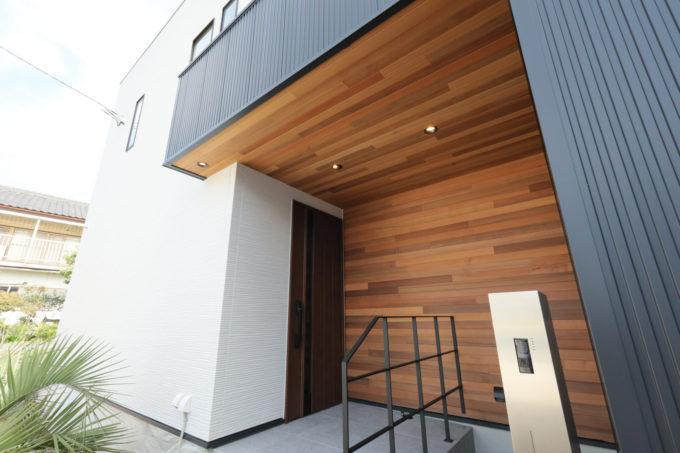 玄関 レッドシダー ガルバリウム サイディング 手摺り 外部照明 シブサワスタイル