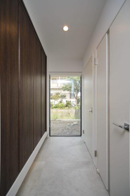 玄関ホール フィックス窓 収納 壁一面 シブサワスタイル